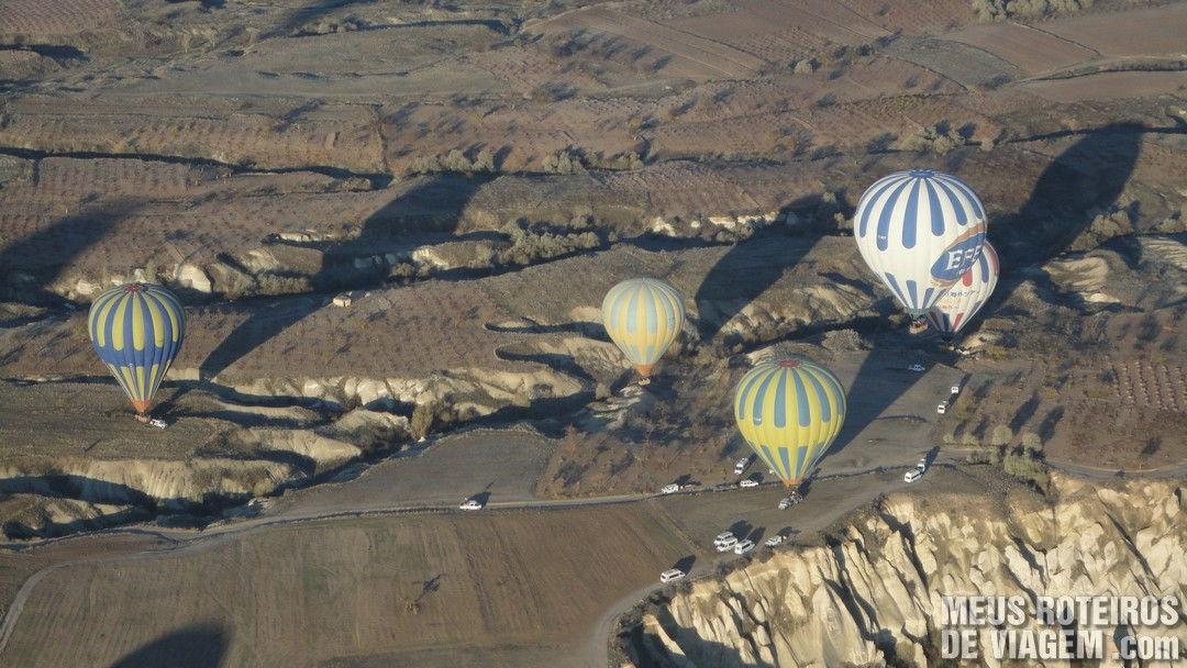 Balões pousando na Capadócia - Turquia