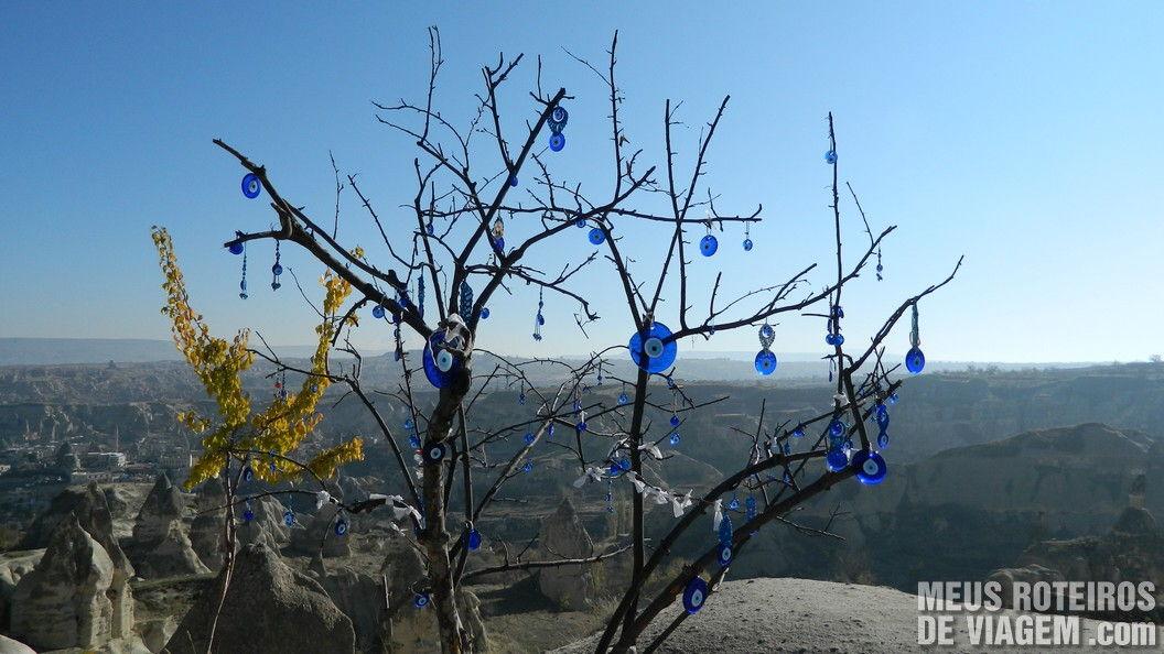 Árvore com olhos turcos no mirante de Goreme - Capadócia, Turquia