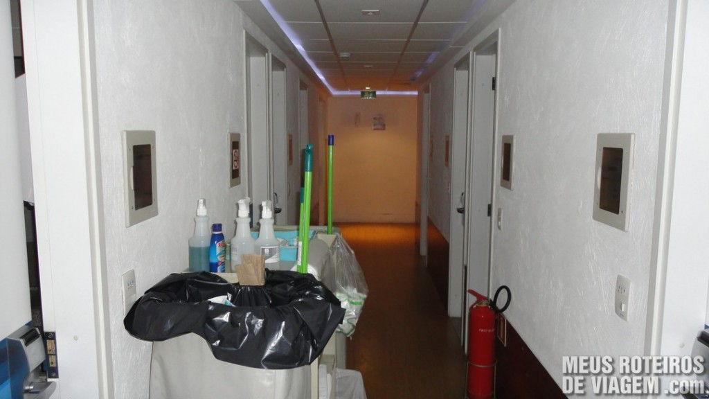 Corredor dos banheiros do Hotel Slaviero Fast Sleep - Aeroporto de Guarulhos