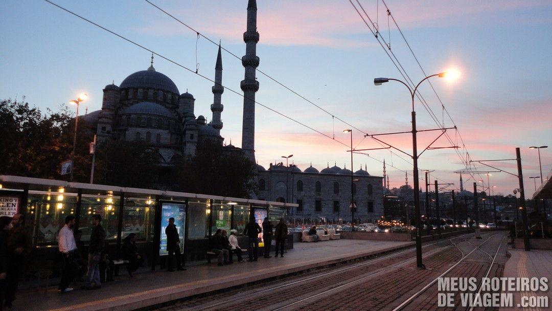 Linha de trem próxima à Mesquita Nova - Istambul, Turquia