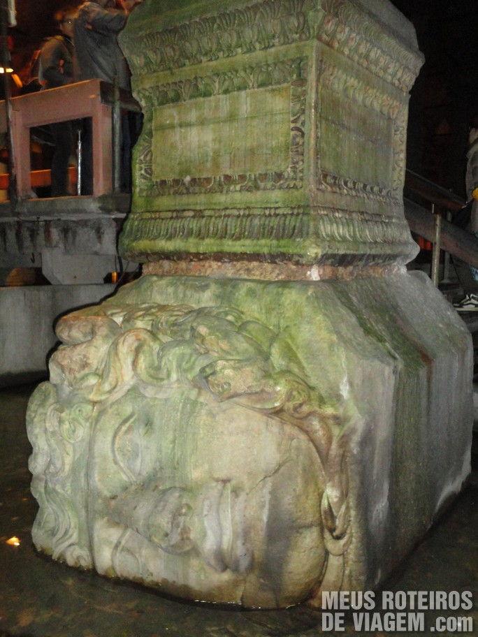 Coluna com a cabeça da Medusa na Cabeça da Medusa na Cisternas da Basílica - Istambul, Turquia