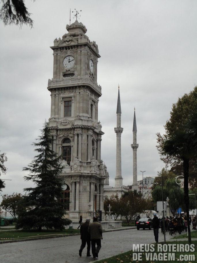 Torre de relógio na entrada do Palácio