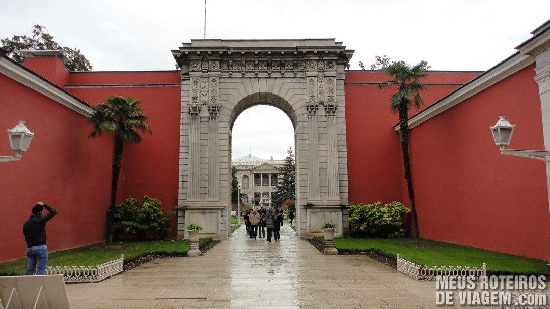 Portão de acesso ao Palácio Dolmabahce - Istambul, Turquia