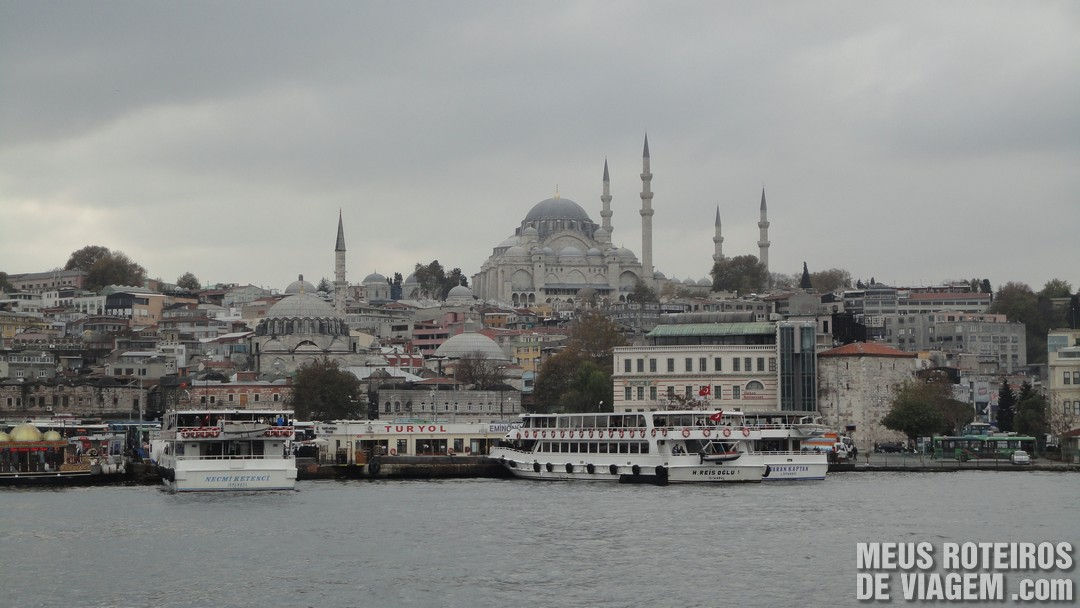 Barcos em Eminönü e a Mesquita Suleymaniye - Istambul, Turquia
