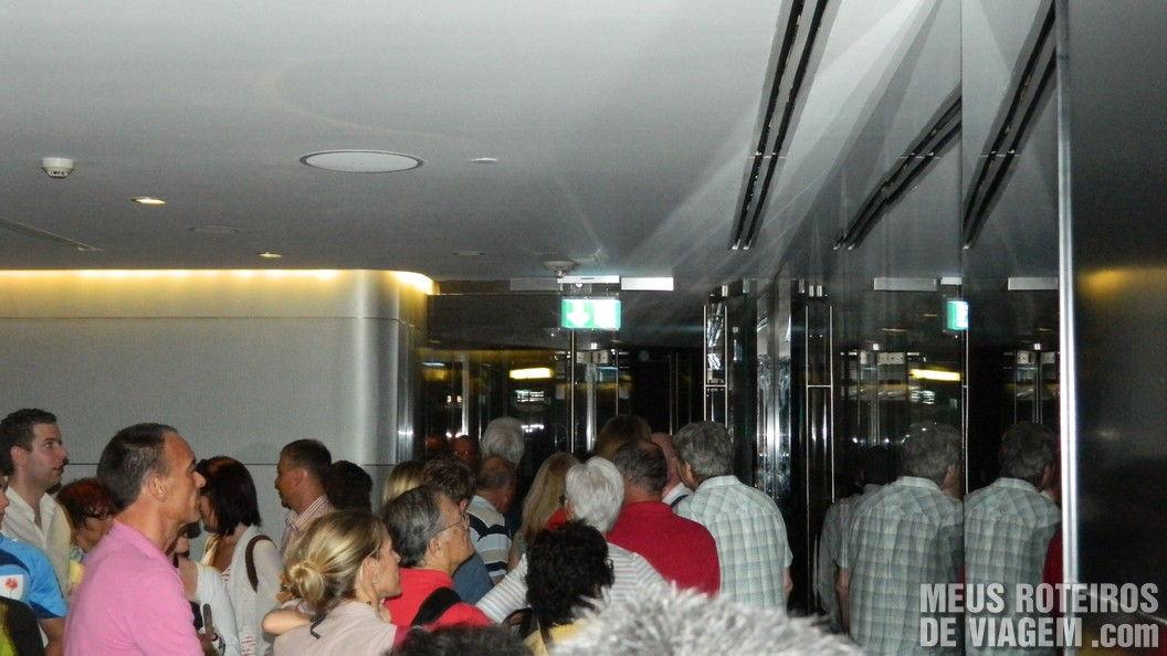Fila para subir o elevador