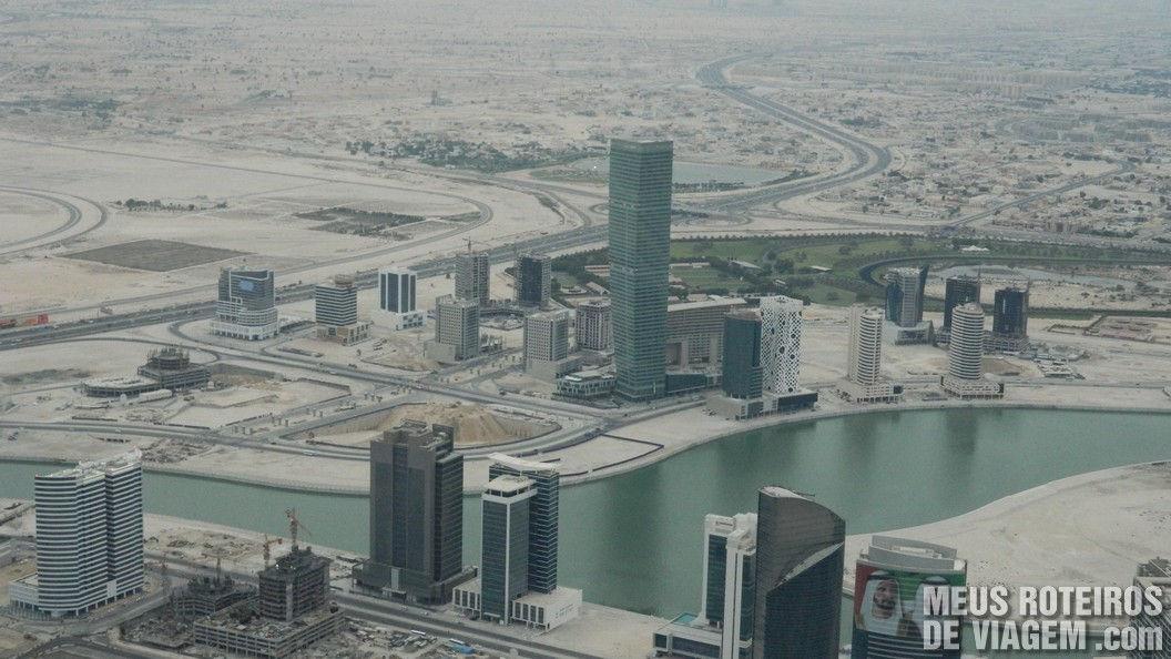 Prédios em construção e o deserto de Dubai