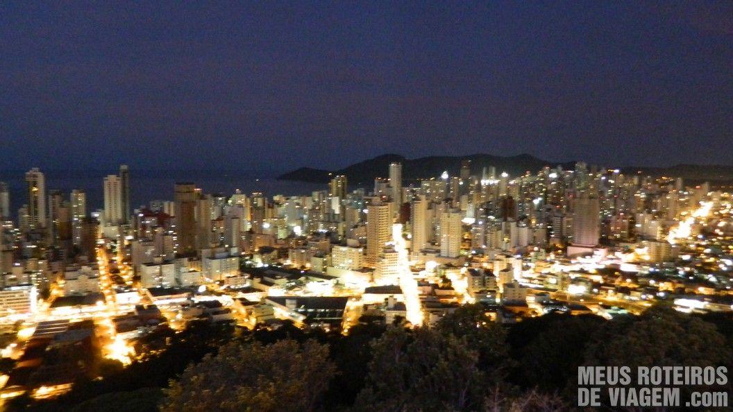 Vista aérea de Balneário Camboriú à noite