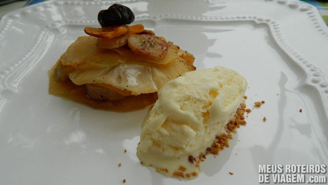 Bolo de frutas com sorvete