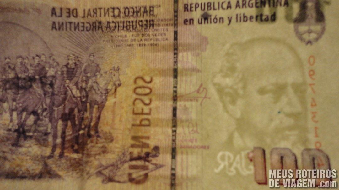 Cédula de 100 pesos argentinos vista contra a luz