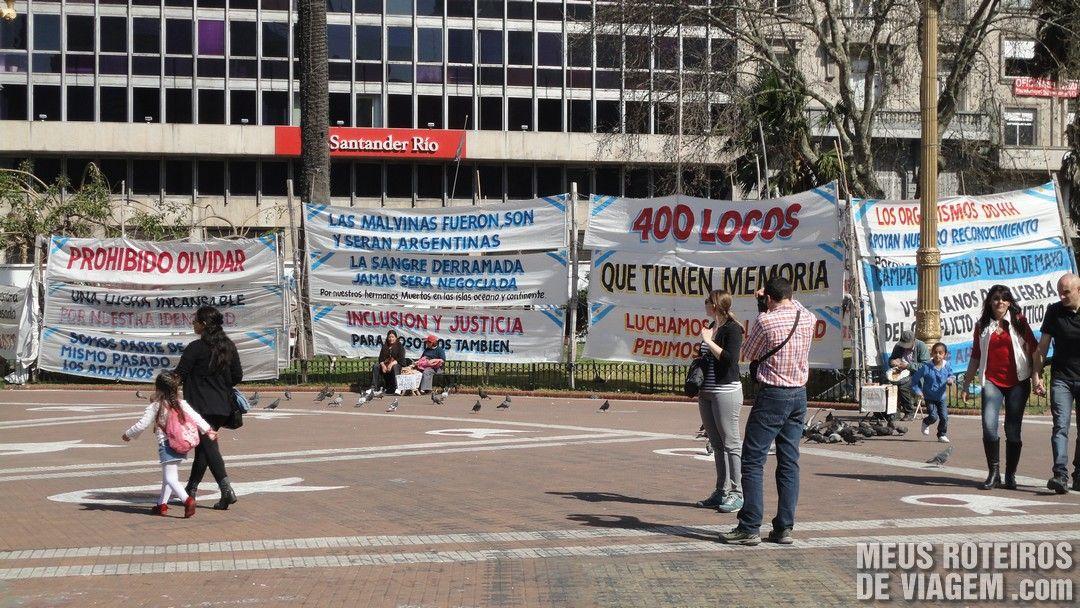 Faixas de protesto na Plaza de Mayo - Buenos Aires, Argentina
