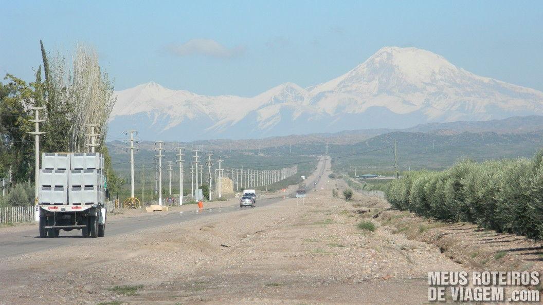 Ruta Provincial 86, em frente à vinícola Pulenta -Mendoza, Argentina