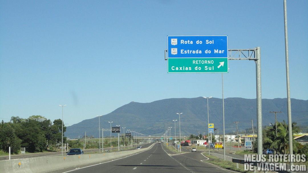 Placa indicando o acesso à Rota do Sol na BR-101
