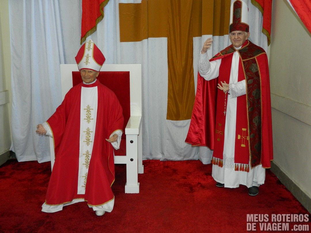 Estátuas de cera dos papas na Catedral de CanelaPapas de cera na Catedral de Canela