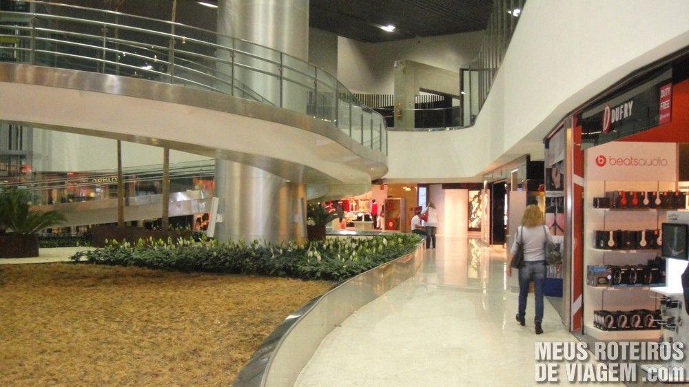 Lojas de grife da GRU Avenue na área de embarque do T3 no Aeroporto de Guarulhos