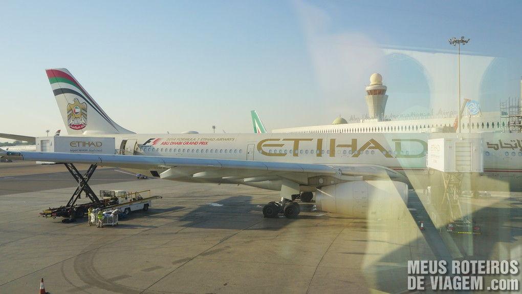 Avião da Etihad no Aeroporto de Abu Dhabi