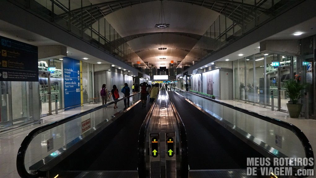 Aeroporto deserto e apagado na madrugada
