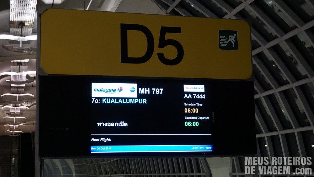 Painel do voo no Aeroporto de Bangkok Suvarnabhumi