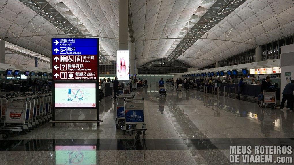 Ilha com balcões de check-in no Aeroporto de Hong Kong