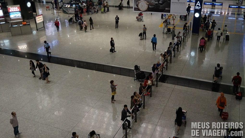 Piso de desembarque do Aeroporto de Hong Kong