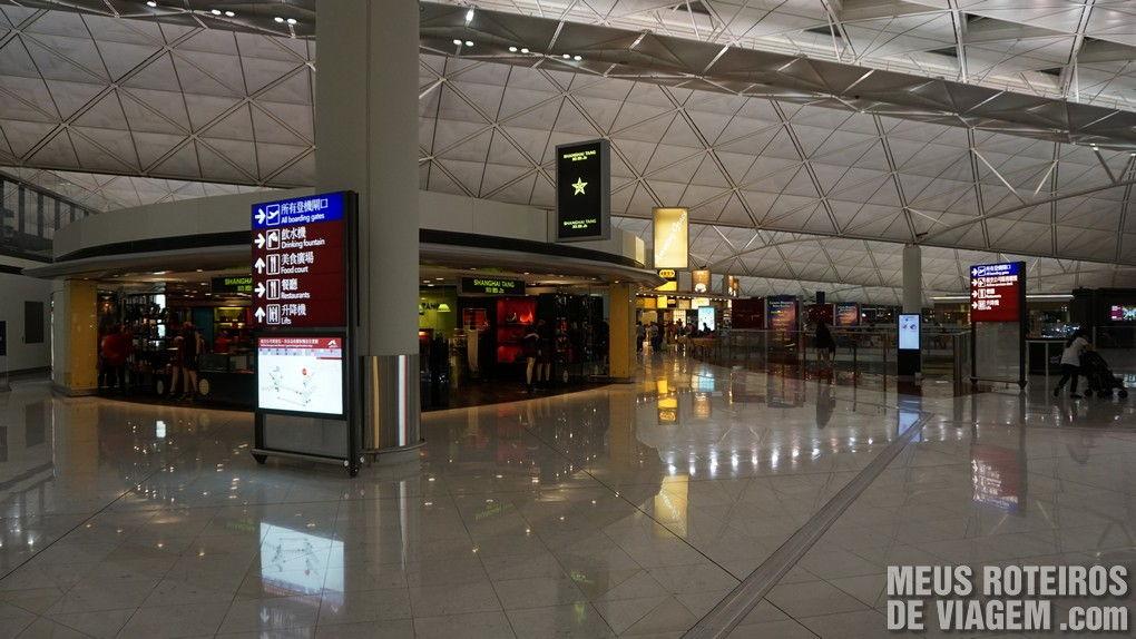 Lojas duty free na área de embarque do Aeroporto de Hong Kong
