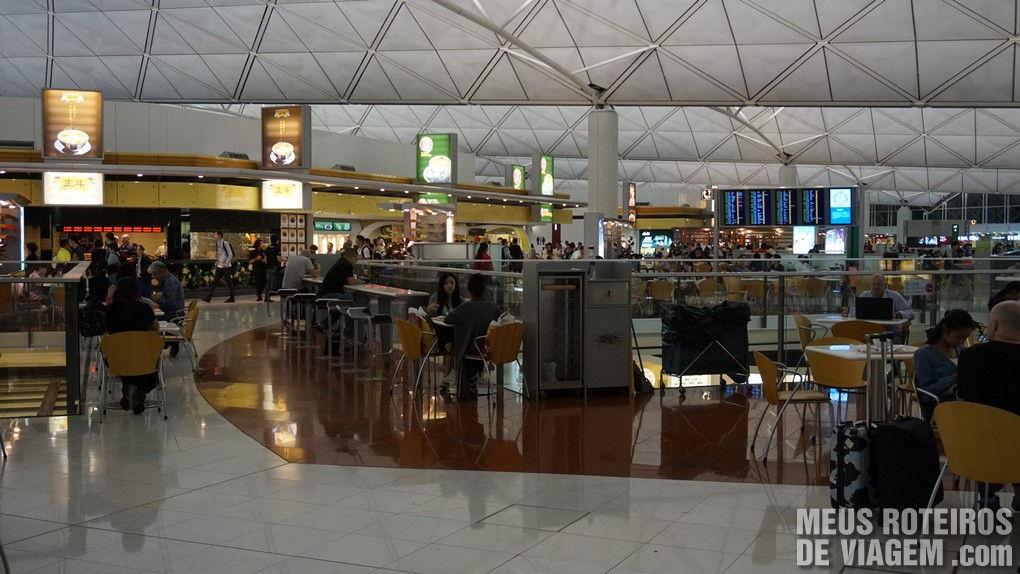 Praça de alimentação no embarque do Aeroporto de Hong Kong