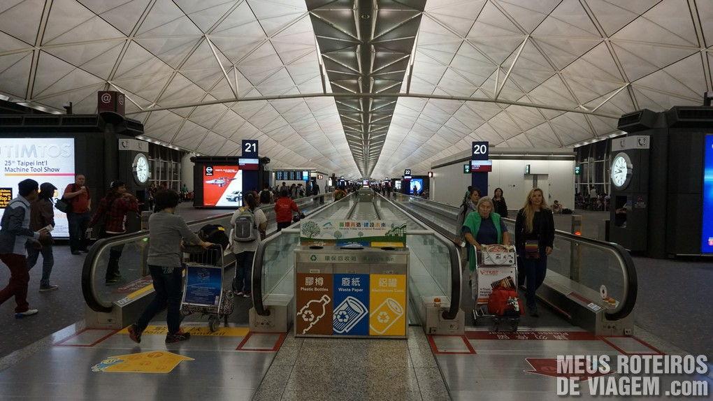 Acesso aos portões de embarque no Aeroporto de Hong Kong