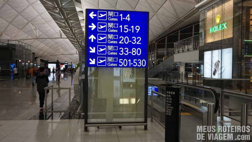 Placa indicando o acesso aos portões de embarque