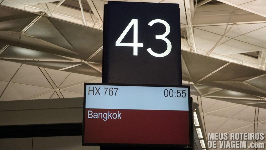 Painel indicando o voo para Bangkok no portão 43