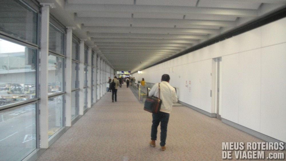 Corredor de chegada entre o portão de embarque e o terminal