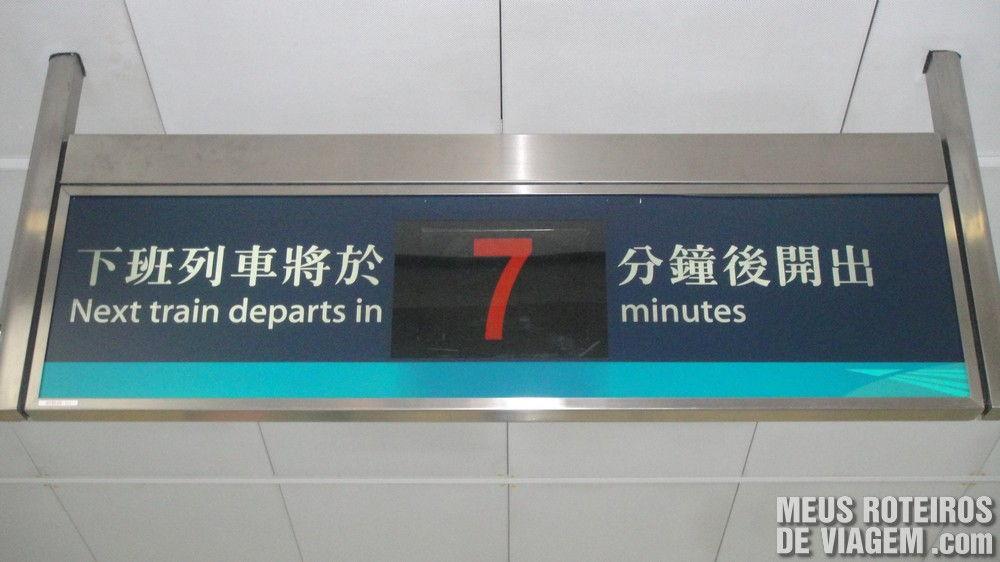 Placa indicando o tempo para a chegada do próximo trem