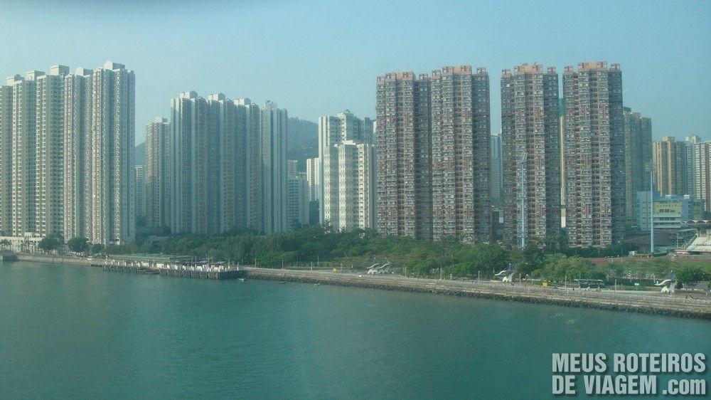 Vista de prédios em Hong Kong durante a viagem do Airport Express para a cidade