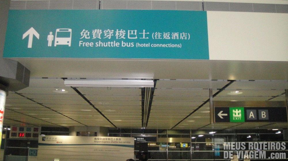 Aviso e balcão do ônibus gratuito da Hong Kong Station para os hotéis