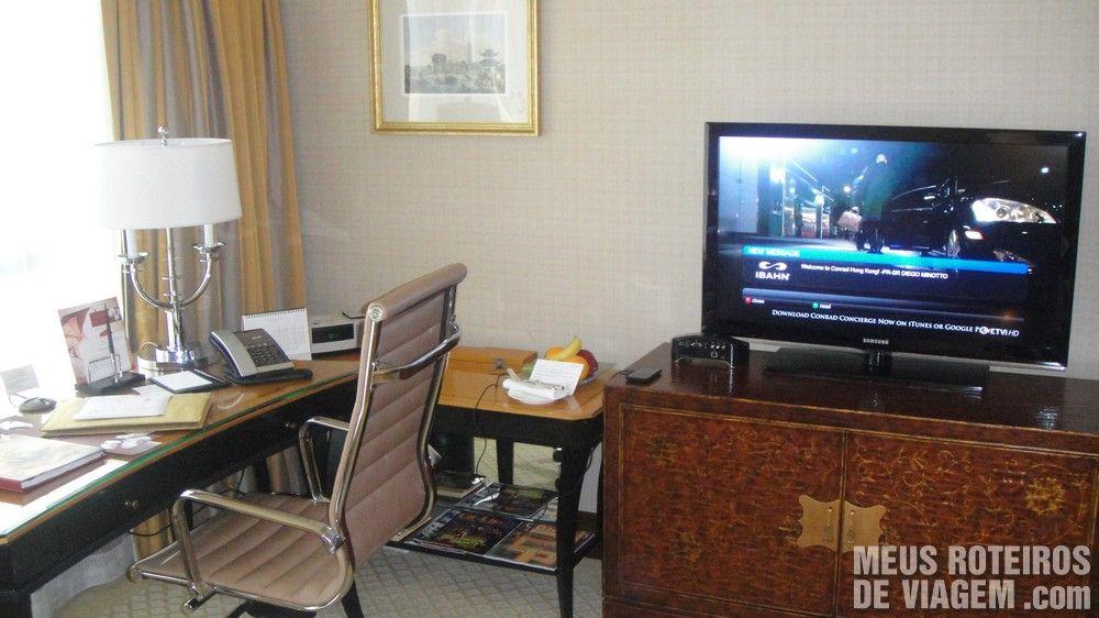 Mesa para trabalho e televisão