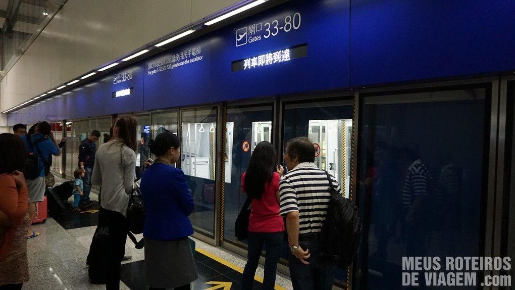 Trem de acesso aos portões de embarque distantes no Aeroporto de Hong Kong