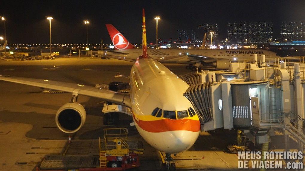 Avião da Hong Kong Airlines no Aeroporto de Hong Kong