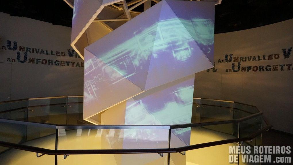 Painel com projeções na entrada da atração