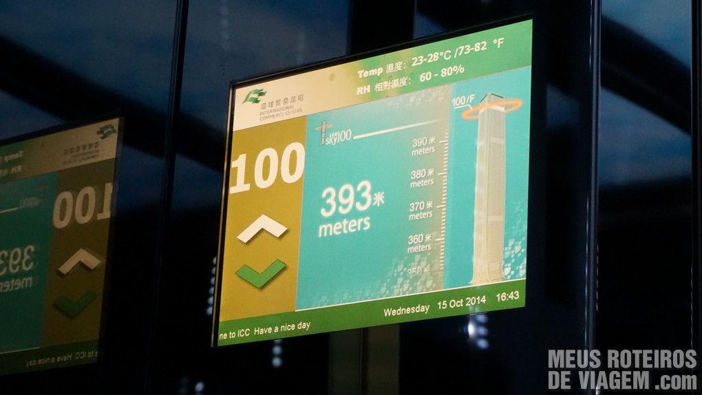 Tela do elevador indicando a chegada no andar 100