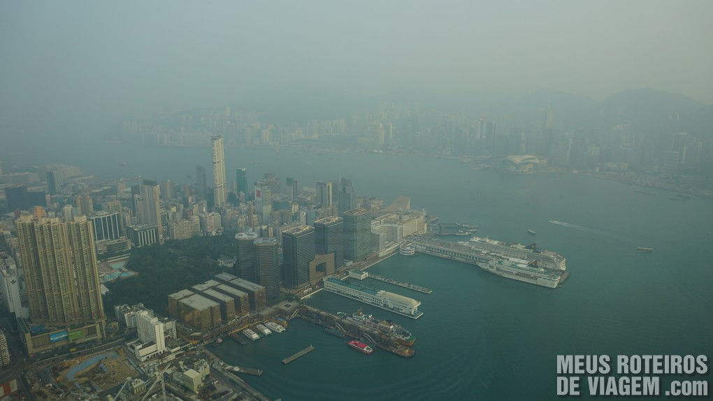 Vista para a Victoria Harbour no sky100 Hong Kong