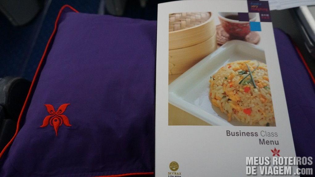 Travesseiro e menu do voo