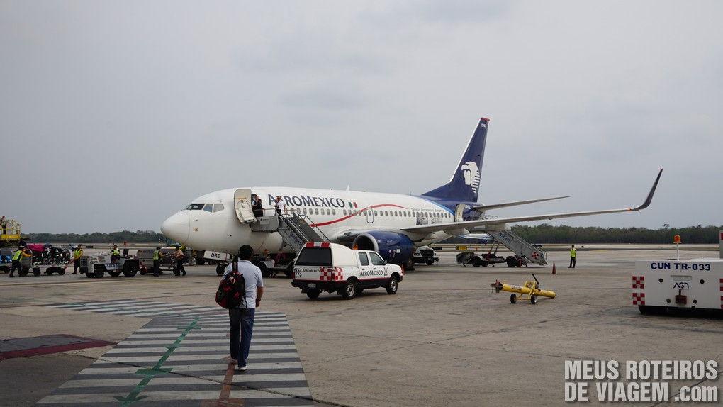 Avião da Aeromexico no aeroporto de Cancun