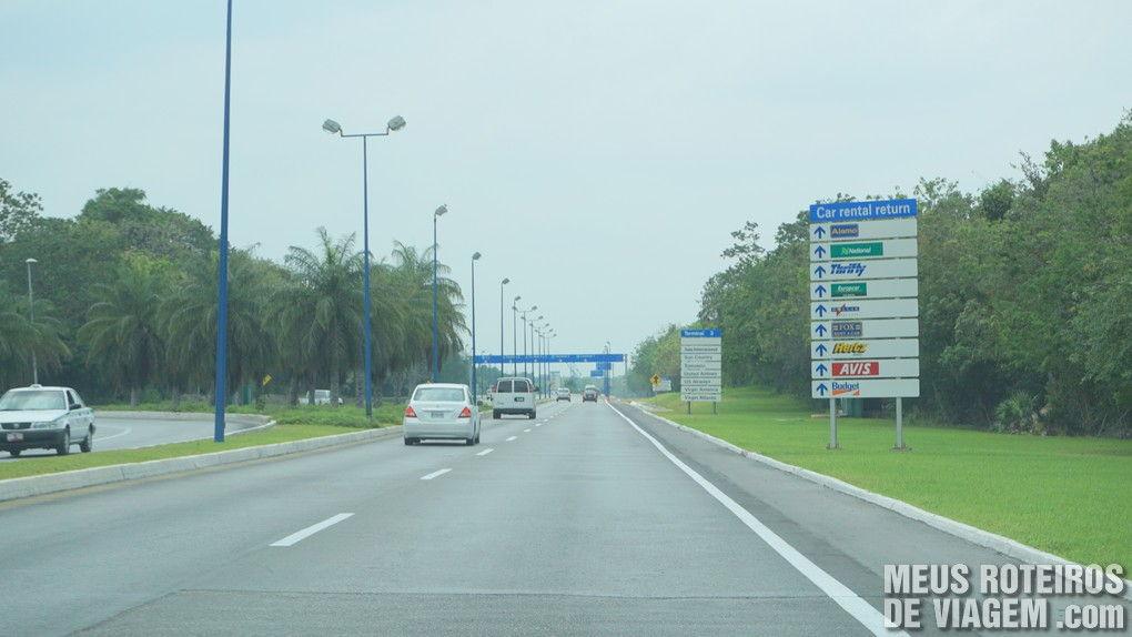 Placa indicando os locais de devolução das locadoras no acesso ao Aeroporto de Cancun