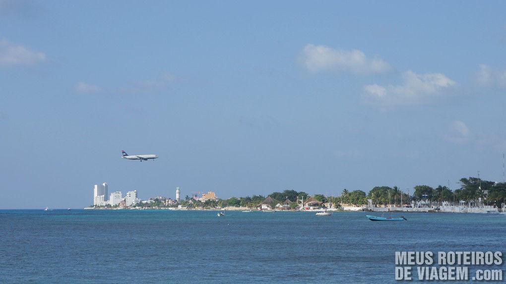 Avião pousando em Cozumel - México