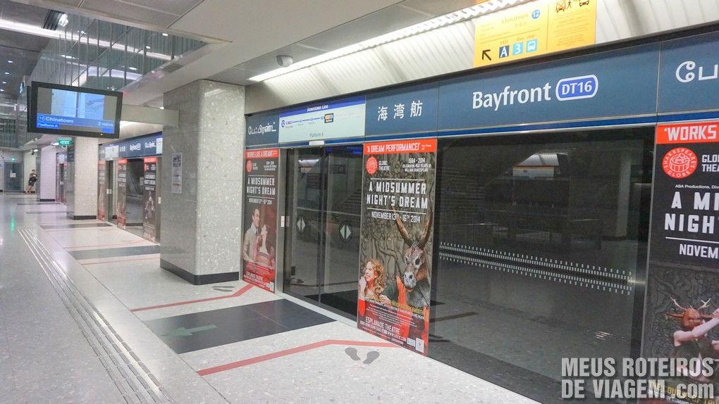 Plataforma de acesso ao trem na estação Bayfront do metrô de Cingapura
