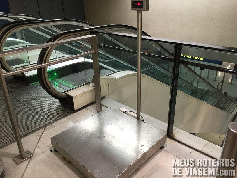 Balança próxima aos balcões de check-in - Aeroporto de Paris-Orly