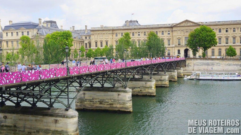 Pont des Arts e Museu do Louvre - Paris, França