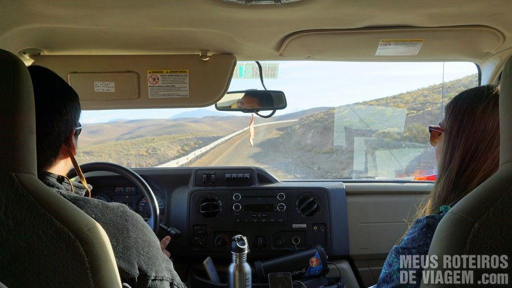 Na estrada com o motorista Miguel e a guia Vânia - Agência Araya Atacama