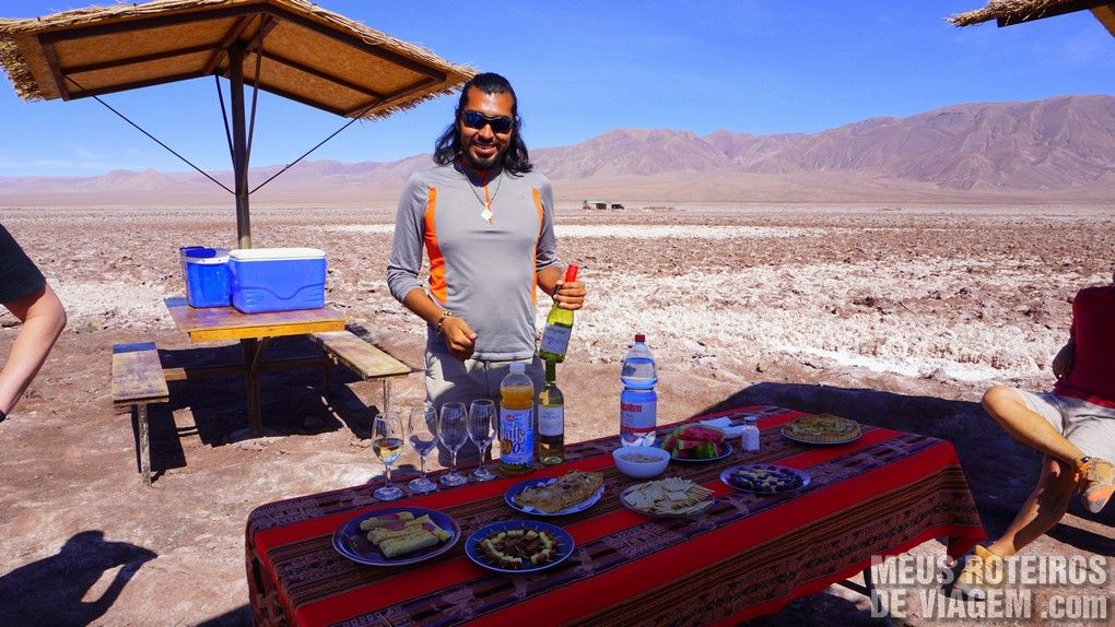 Guia Gonzalo servindo um coquetel - Agência Araya Atacama