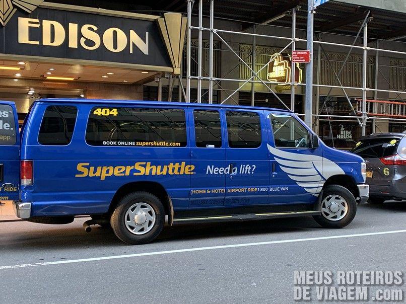 Van em frente ao hotel Edison - Nova York